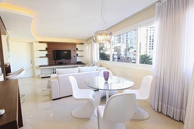 Стеклянный стол в кухню: как выбрать модель и где лучше расположить мебель?