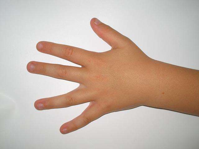 Ребенок грызет ногти. Что делать?