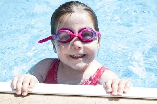 Собираем девочку в бассейн: выбор правильного купальника